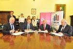 Umowę podpisują (od lewej) wiceprezes TPE S. Tokarski, prezes TPE D. Lubera oraz rektor AGH, prof. T